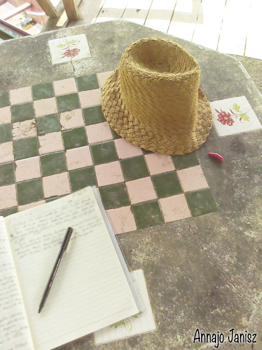 Écrire sur un cahier, au bord du lac de Chiang Khong, son récit de voyage en Thaïlande
