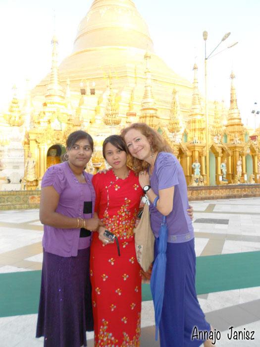 L'écrivaine en voyage au Myanmar avec deux amies birmanes devant la pagode Shwedagon à Rangoun