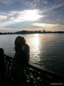 L'écrivaine Annajo Janisz admire un coucher de soleil en Russie