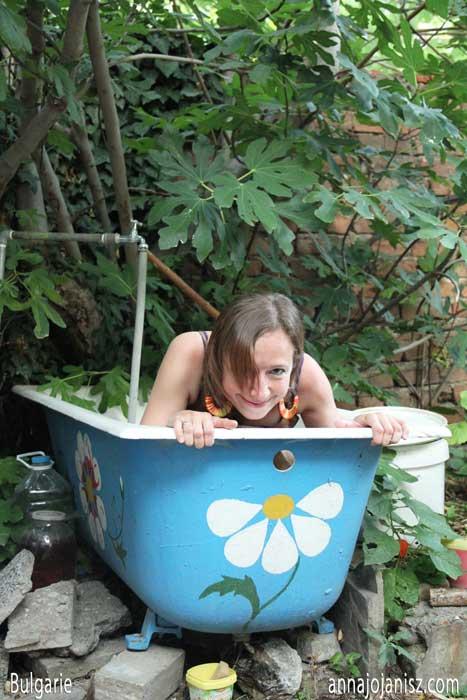 L'écrivain Annajo Janisz en voyage solo en Bulgarie se cache dans une baignoire abandonnée dans un jardin Légende : Une jolie baignoire fleurie dans un jardin en Bulgarie