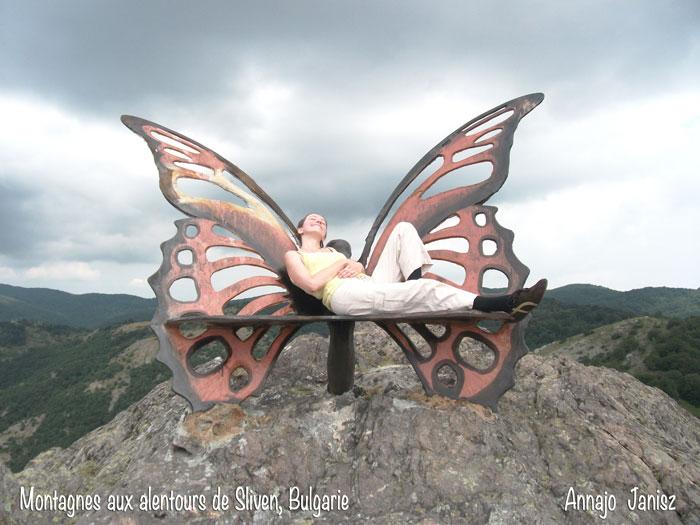 Cette sculpture papillon au sommet d'une montagne a sûrement des histoires insolites pour celui qui voyage en Bulgarie