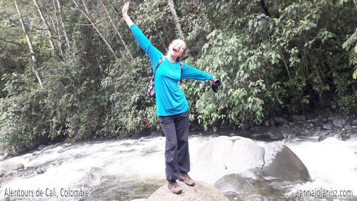 L'écrivain contemporain français Annajo Janisz souriante, debout sur un rocher, est une bonne définition de l'esprit d'entreprendre