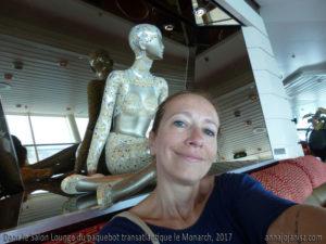 L'écrivaine voyageuse française Annajo Janisz dans l'un des salons lounge du paquebot de croisière le Monarch