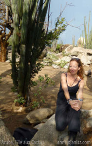 L'auteur contemporain français Annajo Janisz au milieu des cactus, sur l'île d'Aruba