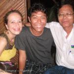 La blogueuse voyage et écrivaine Annajo Janisz apprécie l'instant présent dans une soirée à Yangon en Birmanie