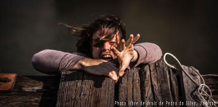 Homme désespéré qui tombe dans un gouffre en hurlant