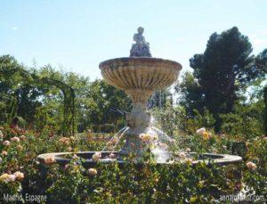 Fontaine dans une roseraie de Madrid en Espagne