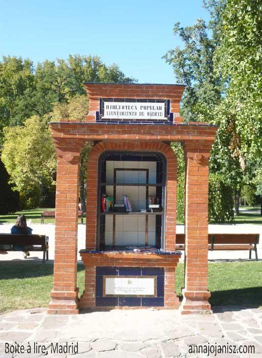 Boîte à lire dans un parc à Madrid