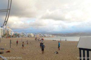 Personnes qui jouent sur la plage à Las Palmas de Gran Canaria, aux îles Canaries