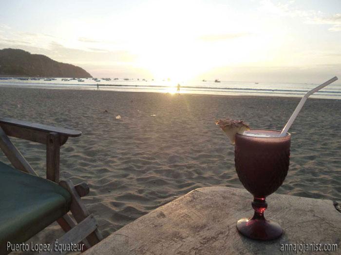 Cocktail au bord de la plage à Puerto Lopez en Équateur