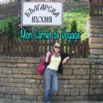 Écrivaine voyageuse Annajo Janisz en Bulgarie devant un restaurant local