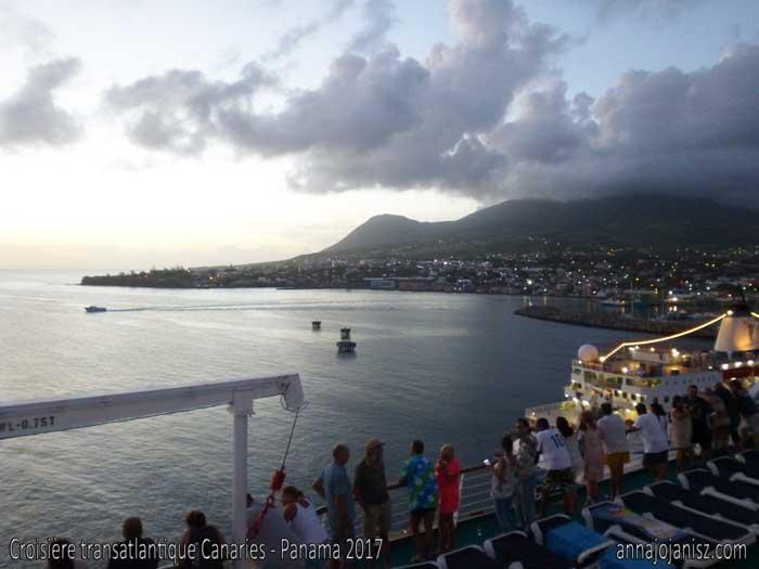Des vues spectaculaires rythment la vie sur un bateau de croisière, avec ici des croisiéristes admirant une île depuis le bateau