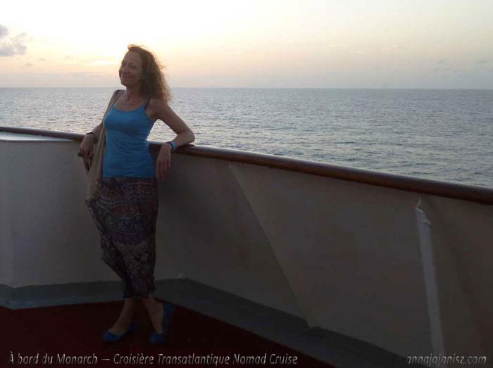 L'écrivaine voyageuse française Annajo Janisz profite de la vie sur un bateau de croisière sur fond de coucher de soleil