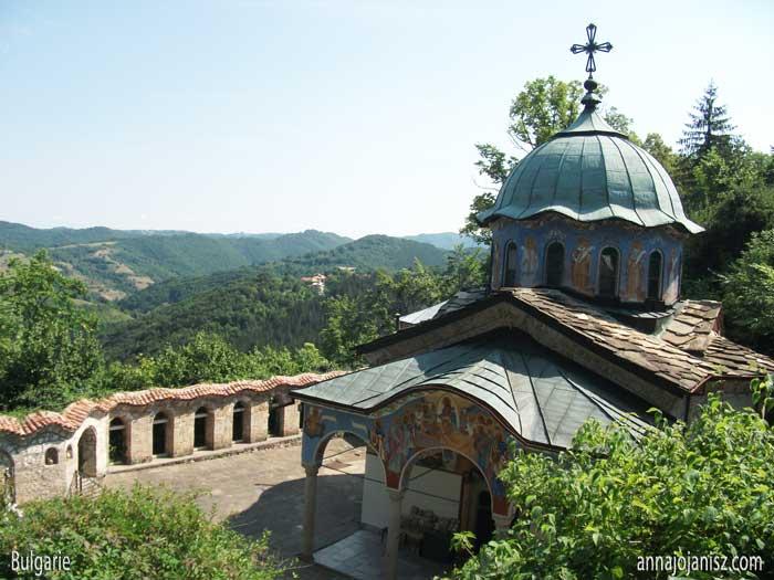 En Bulgarie, le voyageur découvre ce joli monastère qui recèle bien des histoires insolites