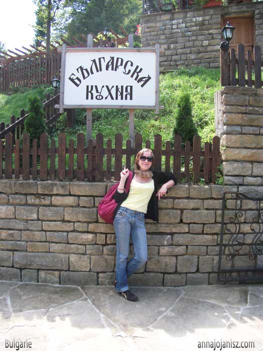 La femme écrivain Annajo Janisz en voyage solo en Bulgarie, devant un restaurant de cuisine bulgare