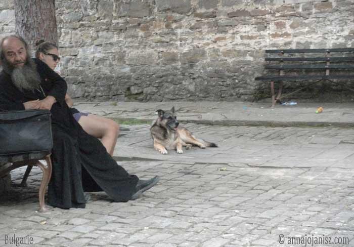 Ce prêtre orthodoxe assis sur un banc a-t-il des histoires insolites pour celui qui voyage en Bulgarie ?
