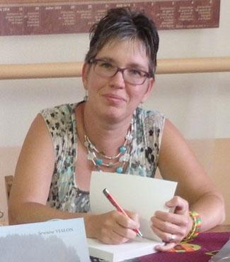 Photo de l'auteure indépendante Séverine Vialon en dédicace