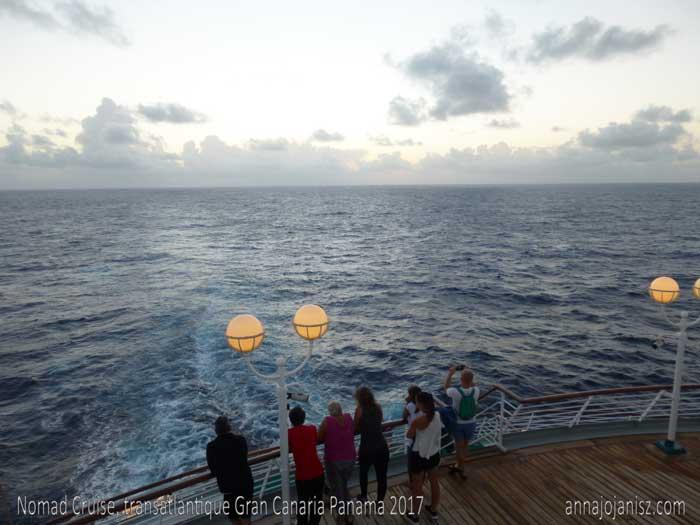 Lever de soleil sur l'océan Atlantique, à bord du bateau de croisière transatlantique le Monarch