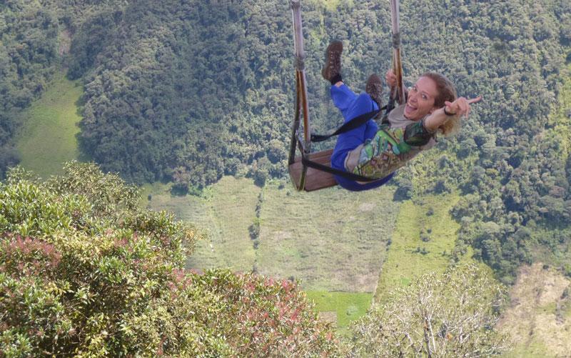 L'écrivain femme contemporain français Annajo Janisz fait de la balançoire au-dessus du vide à Banos, en Équateur
